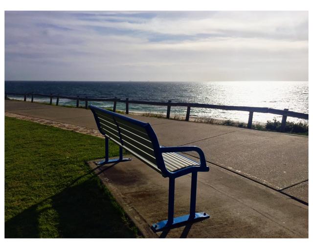 Una panchina blu e bianca…